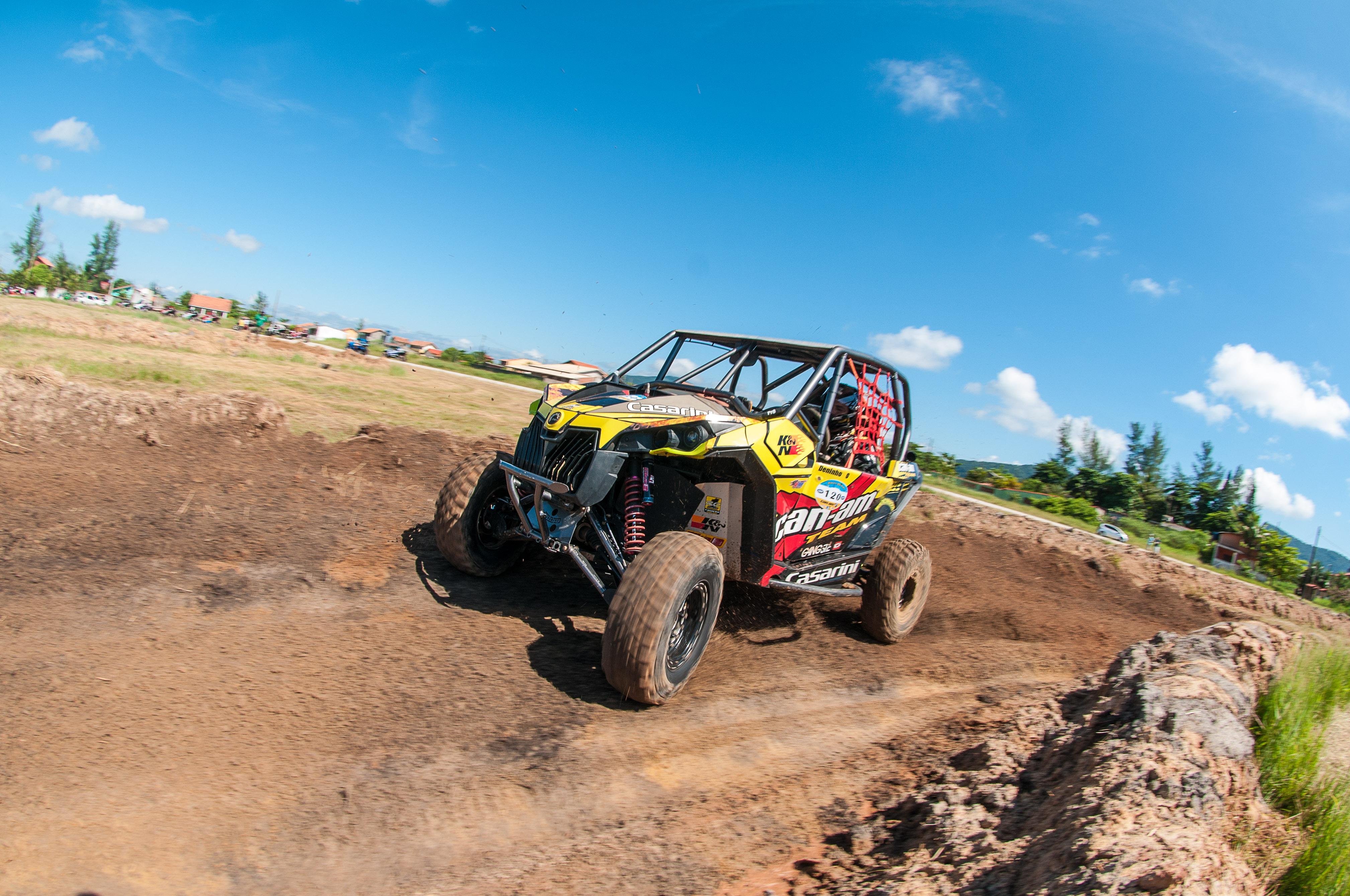 Deninho Casarini pilotando seu Maverick Turbo / Crédito: Duda Bairros