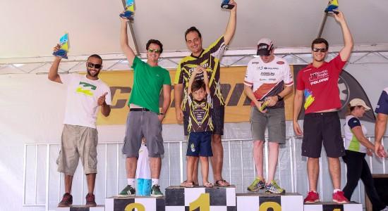 Deninho comemora 1º lugar no Rally da Ilha, etapa do Brasileiro de Rally Baja. Foto: Doni Castilho