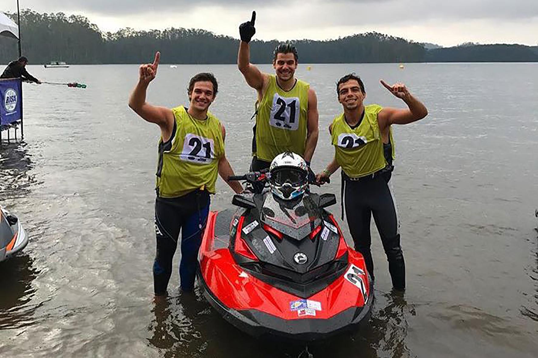 Bruno Varella, Daniel Tocchini e Allan Laffront (da esq. para dir.) com a moto aquática Sea-Doo RXP-X 300 Crédito: Divulgação