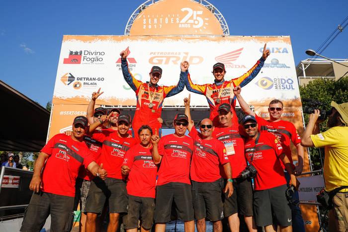 Equipe Divino Fogão comemorando o titulo do Rally dos Sertões - Foto Magnus Torquato